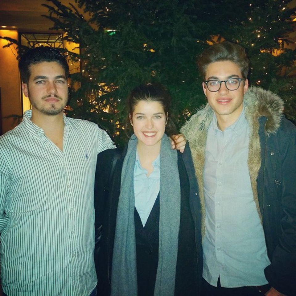 """Marie Nasemann, hier mit ihren Brüdern Moritz und Philipp, feiert eigentlich jedes Jahr Weihnachten gleich: """"Wir fahren mit der ganzen Familie zu meinem Opa und da wird dann im gemütlichen Rahmen Weihnachten gefeiert. Mein Opa spielt sensationell Klavier und dann wird gesungen, und es gibt selbstgemachten Heringssalat."""""""