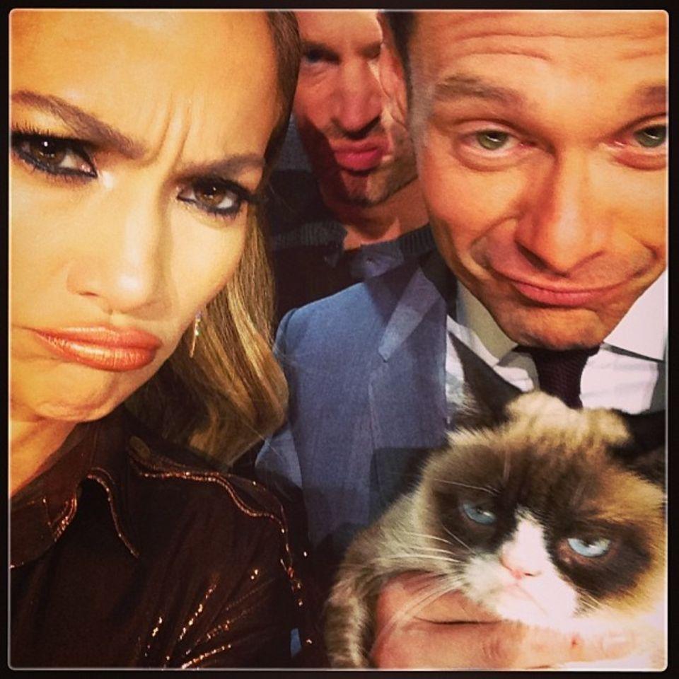 """24. April 2014: Die TV-Show """"American Idol"""" bekommt Besuch von """"Grumpy Cat"""". Jennifer Lopez, Keith Urban und Moderator Ryan Seacrest versuchen die Katzenschnute nachzuahmen."""
