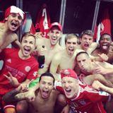 """25. März 2014: So früh wie nie zuvor hat der FC Bayern München die """"Deutsche Fußballmeisterschaft"""" eingefahren. Die Spieler lassen es in der Kabine ordentlich krachen."""