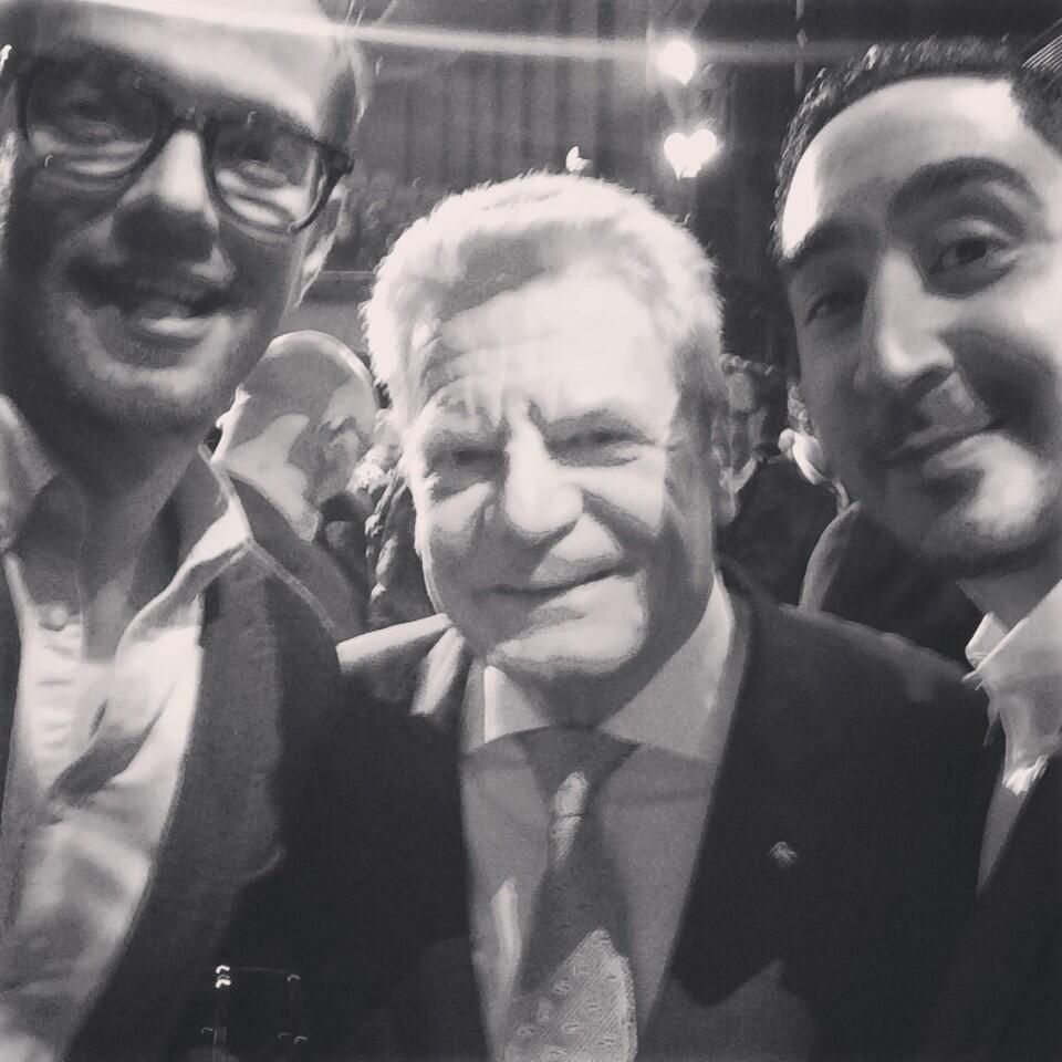 4. April 2014: Joko Winterscheidt twittert vom diesjährigen Grimme-Preis ein Selfie mit Bundespräsident Joachim Gauck und Eko Fresh.