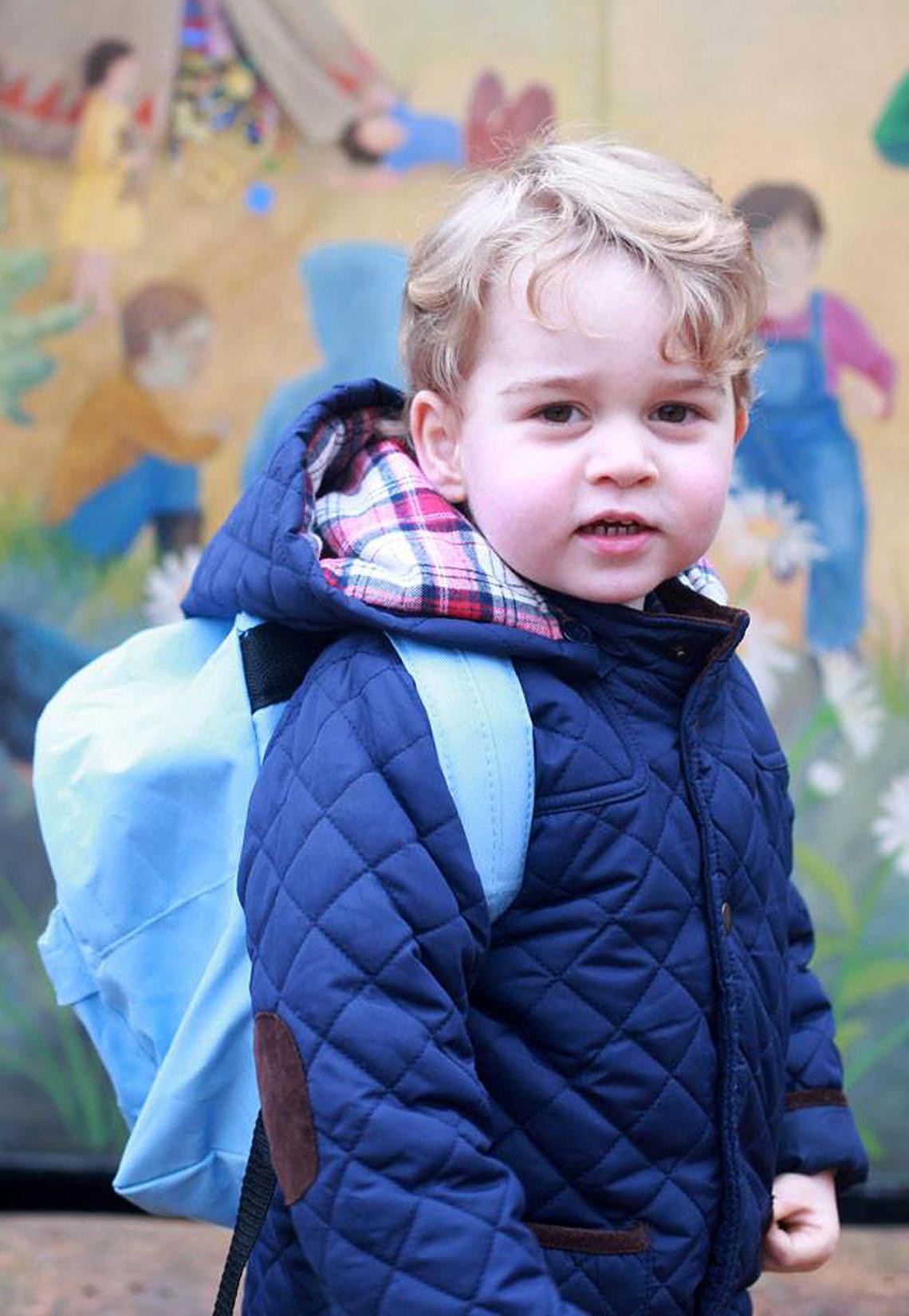 Mini-Styler Prinz George hat mit seinem Outfit am ersten Tag im Kindergarten sämtlich Herzen erwärmt. Die gesteppte Jacke mit braunen Cord-Flicken stammt aus dem Kaufhaus John Lewis, kostet umgerechnet nur knapp 40 Euro - und ist leider schon längst nicht mehr verfügbar.