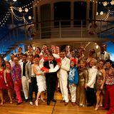 2. Dezember 2007  Stolzposiert der Entertainer mit dem Ensemble seines Erfolgs-Musicals.