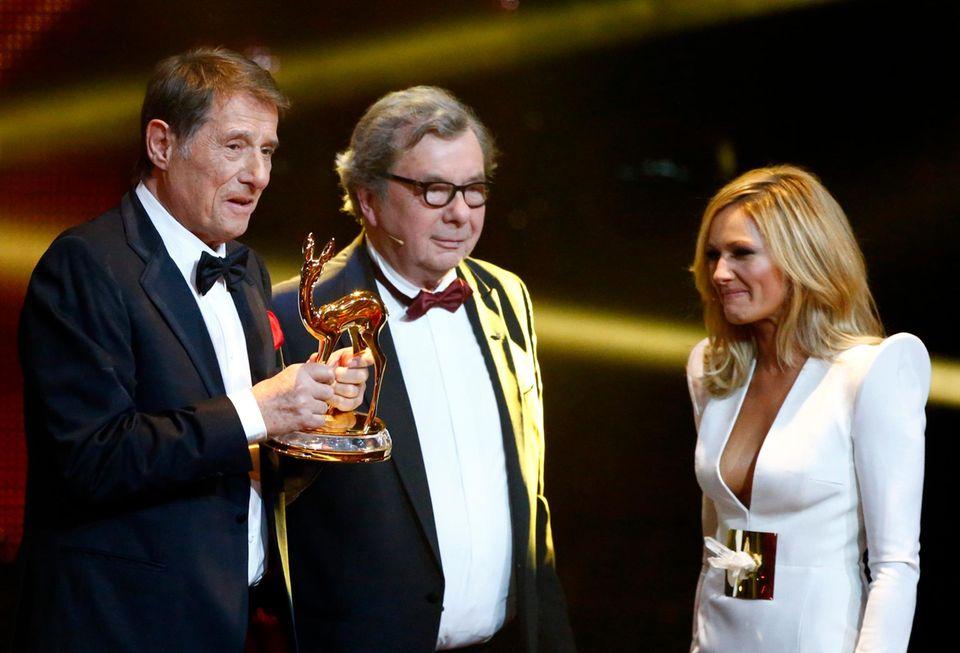 14. November 2013  An der Seite von Hellmut Karasek und Helene Fischer bekommt Udo Jürgens den Bambi für sein Lebenswerk überreicht.