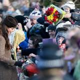 Herzogin Catherine nimmt kleine Geschenke entgegen.
