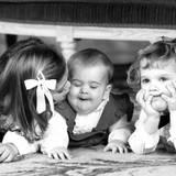 1982  Küsschen für die kleine Schwester: Prinzessin Victoria, Prinzessin Madeleine und Prinz Carl Philip beim weihnachten Fototermin im königlichen Schloss.