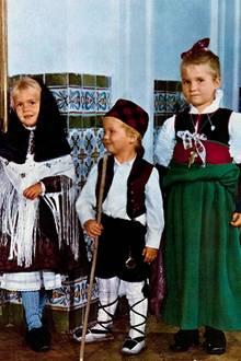 1971  Prinzessin Cristina (links), Prinz Felipe und Prinzessin Cristina haben sich schick gemacht und versenden mit diesem Bild Weihnachtsgrüße.