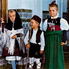 1971  Prinzessin Cristina (l.), Prinz Felipe und Prinzessin Elena von Spanien haben sich schick gemacht und versenden mit diesem Bild Weihnachtsgrüße.