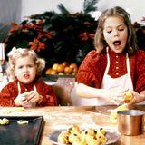 1984  Die zweijährige Prinzessin Madeleine scheint mit dem Weihnachten-Backprogramm nicht ganz so zufrieden zu sein wie ihre siebenjährige Schwester Victoria.