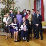 2000  Griechenlands Königsfamilie feiert Weihnachten mit den dänischen Verwandten von Königin Anne Marie. Vor dem Tannenbaum in Schloss Amalienborg versammelt haben sich (v.l.) Prinzessin Marie-Chantal, Prinz Pavlos, Prinzessin Theodora, Prinz Nikolaos, Prinzessin Alexia und ihr Ehemann Carlos Morales und Prinz Philippos sowie drei königliche Enkelkinder.