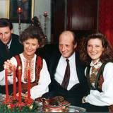1996  Weihnachtsstimmung im norwegischen Königshaus: König Harald und Königin Sonja sitzen mit ihren beiden Kindern Märtha Louise und Haakon zusammen vor dem Adventskranz.