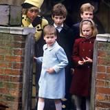 """1987  Ein gemeinsamer Gottesdienstbesuch ist bei den Windsors Tradition. Der fünfjährige Prinz William kommt am 25. Dezember aus der """"St. Georges""""-Kapelle. Ihm folgen seine Cousine Zara Phillips, sein Cousin Peter Phillips, Lord Frederick Windsor und seine Mutter Prinzessin Diana."""