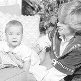 """1982  Prinz William ist knapp sechs Monate als, als er seinen ersten weihnachtlichen Fototermin im """"Kensington Palace"""" absolviert. Er schaut ein wenig skeptisch in die Kamera."""