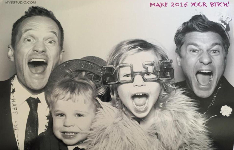 Mal wieder eine grandiose Idde: Neil Patrick Harris, Ehemann David Burtka und ihre Kinder Gideon und Harper teilen ihre Neujahrskarte mit uns.