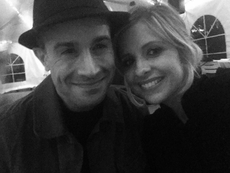 Außerdem teilt sie ein Foto mit ihrem Ehemann Freddie Prinze Jr.