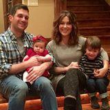 Die frischgebackene Zweifach-Mama Alyssa Milano wünscht mit diesem entzückenden Familienfoto allen ein frohes neues Jahr.