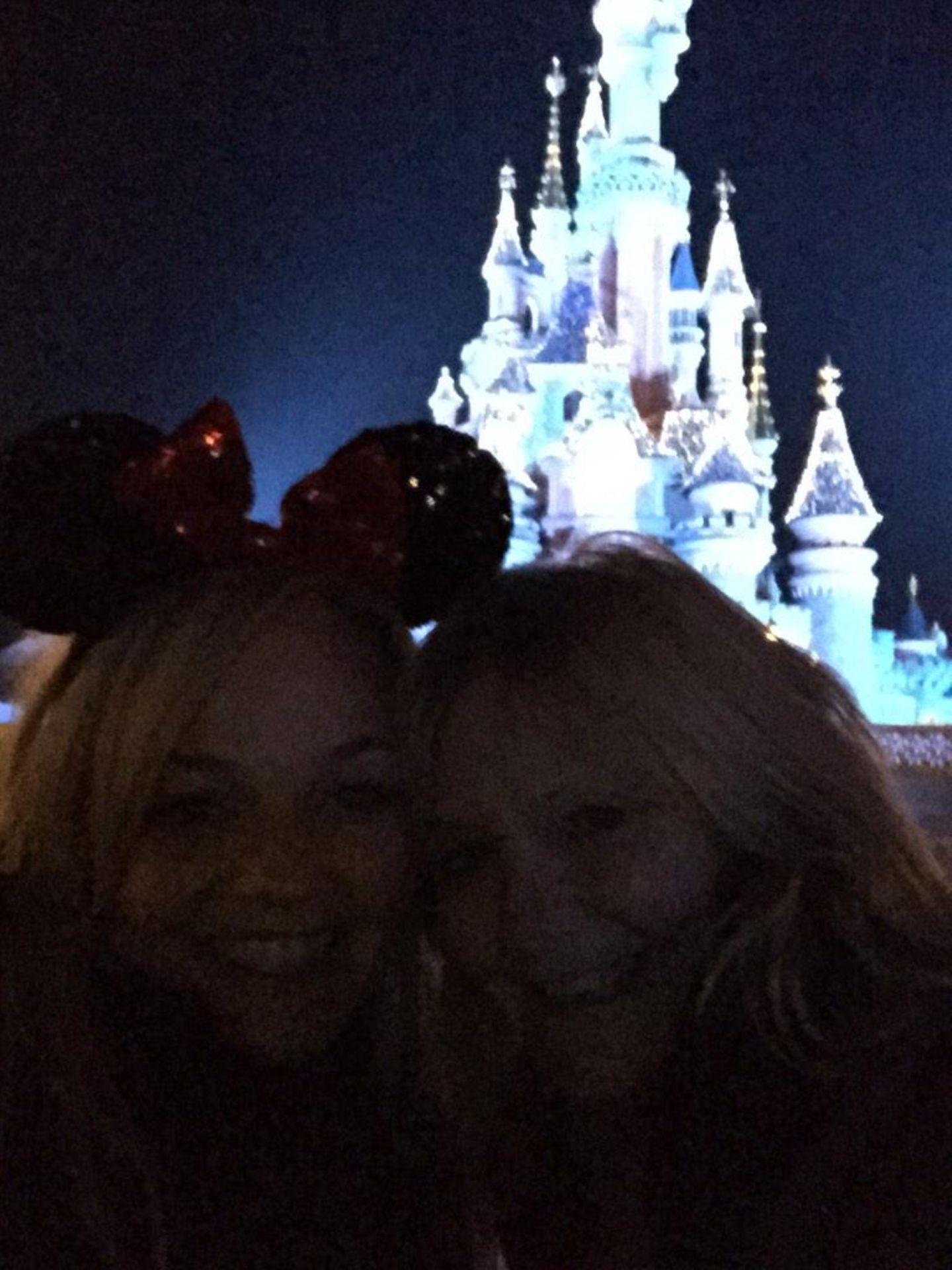 Emma Bunton feiert mit ihrer Mutter Pauline Silvester in Disneyland.