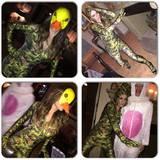 Am Neujahrsmorgen findet Elizabeth Hurley diese Bilder der letzten Nacht auf ihrem Handy.