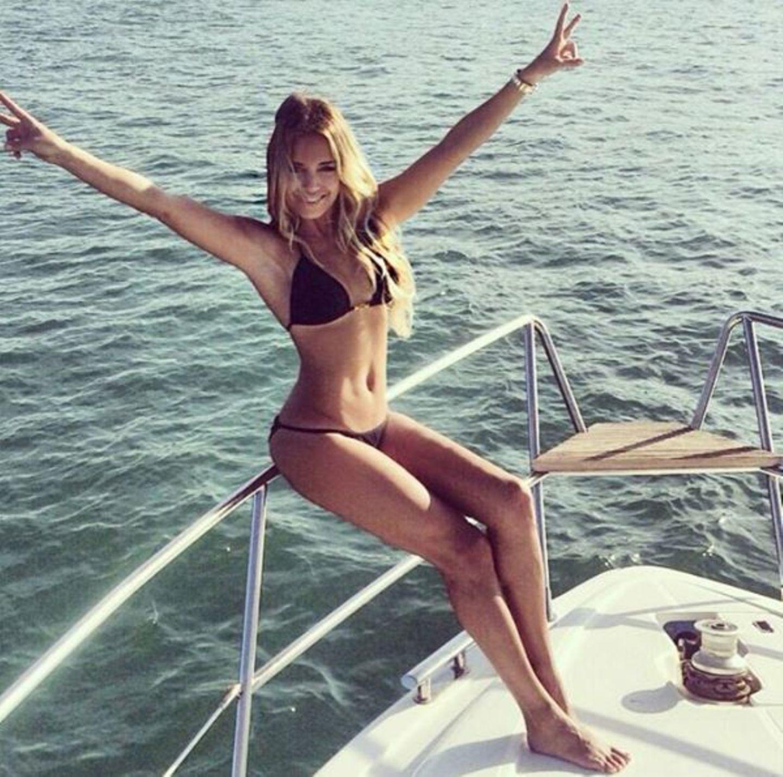 Im Bikini schickt sie sexy Urlaubsgrüße.