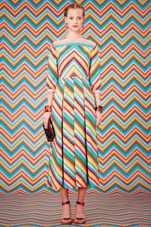 Graphic Fröhliche Muster im Sixties- Look, geometrisch aufgebaute Drucke und knallbunter Farbmix: Grafische Prints heben jetzt die Stimmung und vertreiben den Winterblues – ob als elegantes Midi-Dress, cooler Oversize-Mantel oder als megamoderninterpretiertes Wickelkleid.  Quietschbunt! Valentino zeigt bei diesem Look ein sicheres Farbverhalten