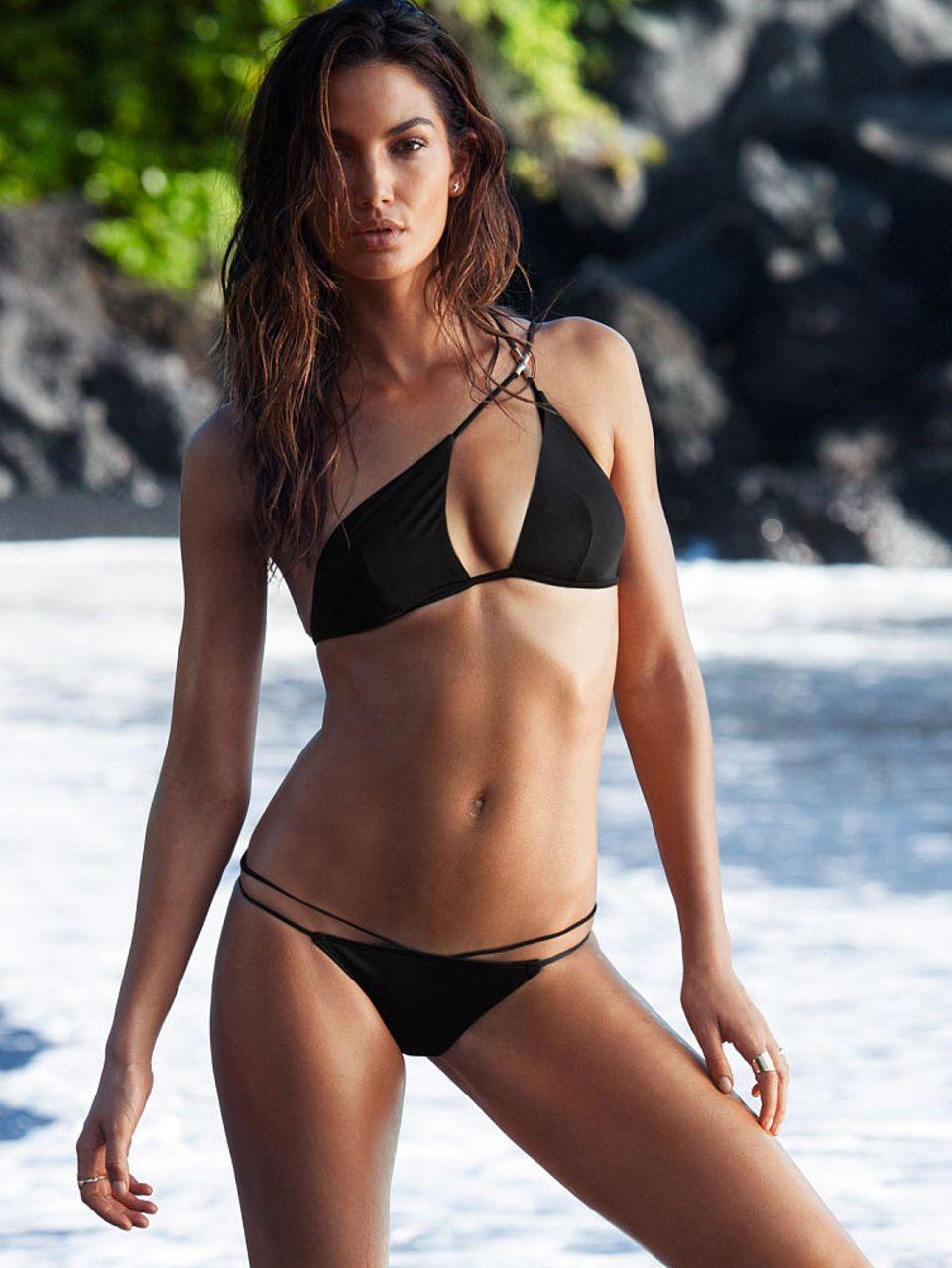 """Was für ein Hingucker: Lily Aldridge präsentiert den """"Very Sexy One-Shoulder Triangle Top""""-Bikini."""