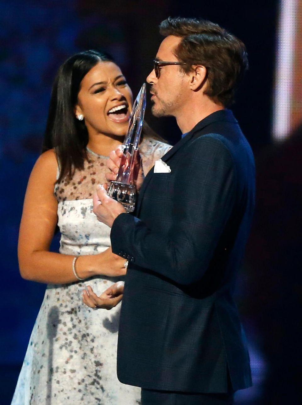 Robert Downey Jr. wird der Preis als beliebtester Filmdarsteller von Gina Rodriguez überreicht.