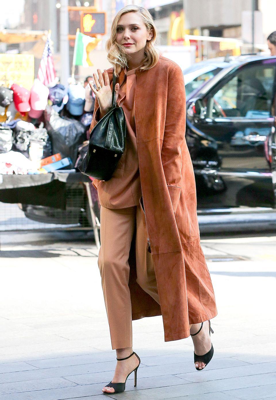 Kupfer-Karma! Elizabeth Olsen hat den perfekten Mix aus gedeckten Farben und aufregenden, minimalistischen Schnitten gefunden.