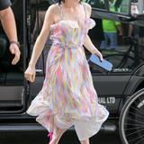 Ein sommerlicher Gute-Laune-Look wie dieser von Carly Rae Jepsen braucht nicht viele teure Accessoires. Knallige Heels und eine Box-Clutch reichen zum grafischen Trägerkleid vollkommen aus.