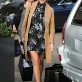 Ihre wachsende Babykugel versteckt Chrissy Teigen beim vorweihnachtlichen Shopping unter einem hochgeschlossenen Blumenkleid und einem sehr eleganten, camelfarbenen Mantel.