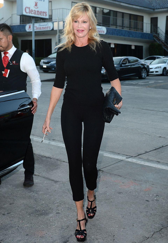 Chapeau, Melanie Griffith! In einem super simplen, super chicen Look komplett in Schwarz macht die Schauspielerin eine tolle Figur - auch dank der Plateau-Heels von Yves Saint Laurent.