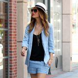 Nicole Scherzinger macht blau - und das auch noch richtig stylisch. Zu Shorts und Blazer in Hellblau trägt sie ein schlichtes, schwarzes Shirt und Plateau-Sandalen.
