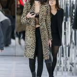Was für ein Outfit, um Weihnachtsgeschenke zu kaufen! Kendall Jenner beweist glamouröses Stilgespür und trägt zu Skinny Jeans und Leo-Mantel ein bauchfreies Top aus Spitze.