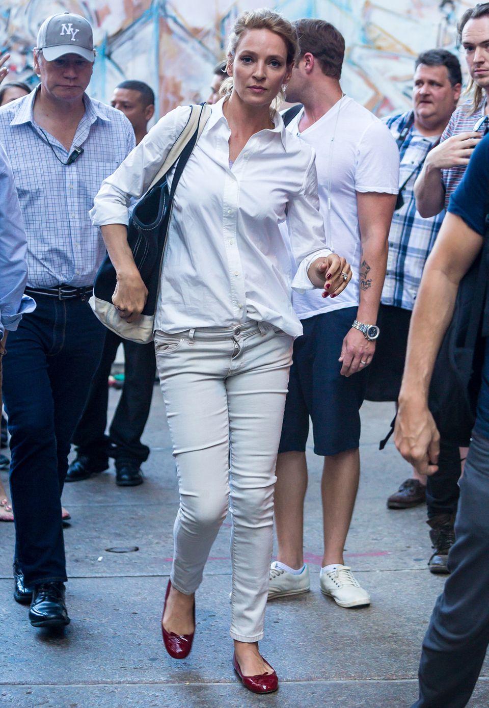 Uma Thurman scheint guten Stil einfach für sich gepachtet zu haben. Mit lockerer Baumwollbluse und schmaler Jeans bekleidet spaziert sie vom Filmset.