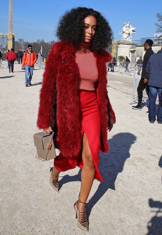 Style-Star Solange Knowles: Auf dem Weg zur Fashion Week in Paris beweist die kleine Schwester von Beyoncé in einem roten Komplettlook Stilgespür.