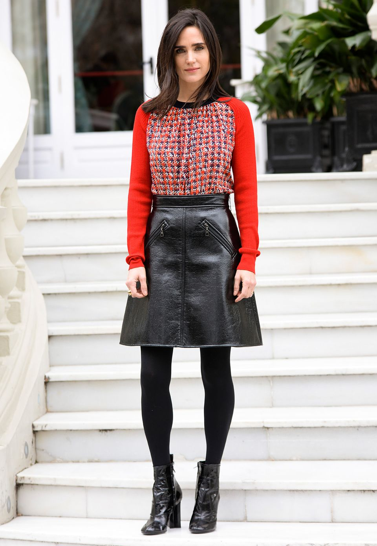 Jennifer Connelly bezaubert bei einem Fototermin in Madrid in einer Wollpullover-Lederrock-Kombi mit passenden Ankle-Boots von Louis Vuitton.