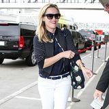 Weiße Hosen sind nur etwas für den Sommer. Reese Witherspoon kombiniert diese ganz maritim mit dunkelblauer Bluse und passendem Pünktchen-Cardigan.