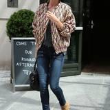 Rosie Huntington-Whiteley im angesagten Großstadt-Cowgirl-Look. Besonders der gemusterte Blouson erscheint in Kombination mit dem Stetson von Maison Michel trendy und elegant.
