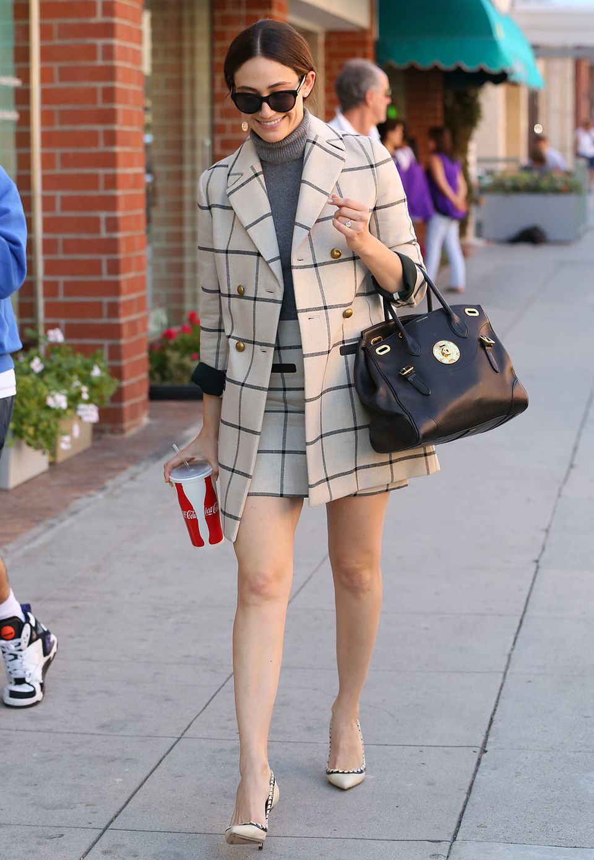 Emmy Rossum beweist mit ihrem sexy Look beim Shoppen, dass Karos durchaus ladylike gestylt werden können.
