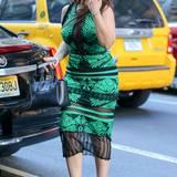 """""""Orange Is The New Black""""-Star Dascha Polanco hüllt ihre Kurven in ein enganliegendes Sommerkleid in Schwarz und Grün. Dazu trägt sie Ledersandalen mit Knöchelriemen und eine elegante Henkeltasche."""