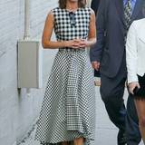 Lizzy Caplan bezaubert ihre Fans vor dem Auftritt in der Show von Jimmy Kimmel im karierten Kleid von Lela Rose. Dazu passen sogar die schwarzen Birkenstocks.