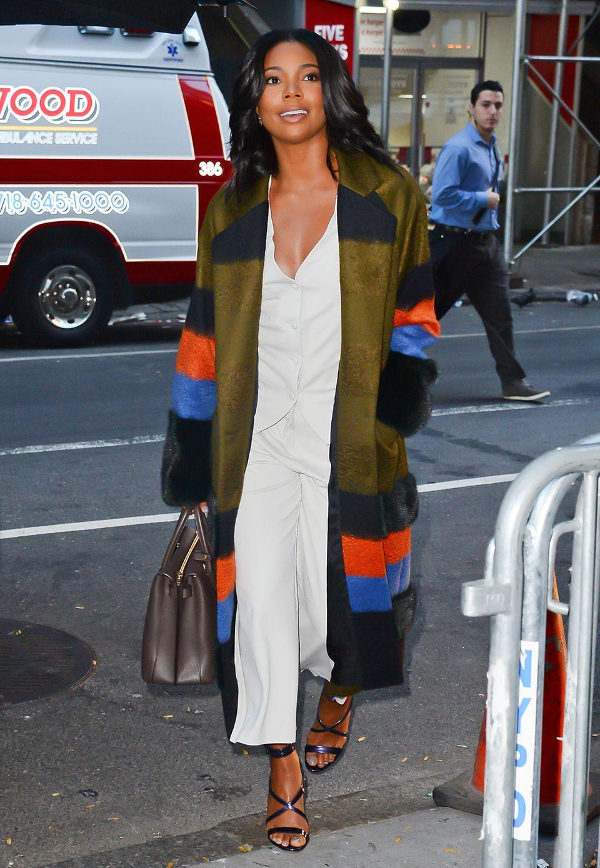 Der gestreifte Mantel von US-Schauspielerin Gabrielle Union ist ein echter Blickfang, besonders In Kombination zu ihrem weißen Ensemble.