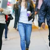 Olivia Wilde liebt den unkomplizierten Freizeit-Look. Zur Skinny Jeans trägt sie braune Booties, ein weißes Shirt und eine stylische Glattlederjacke.