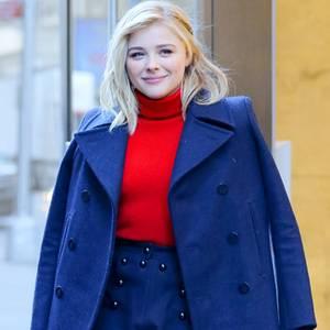 Hollywood-Tennie Chloe Moretz stylt ihren knallroten Pullover als Kontrast zu ihrem königsblauen Zweiteiler.