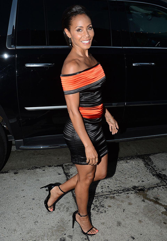 Orange ist das neue Schwarz - und zusammen passen die beiden Farben noch mehr her: Jada Pinkett-Smith sieht in ihrem orange-schwarzen Bodycon-Dress jedenfalls sehr sexy aus.