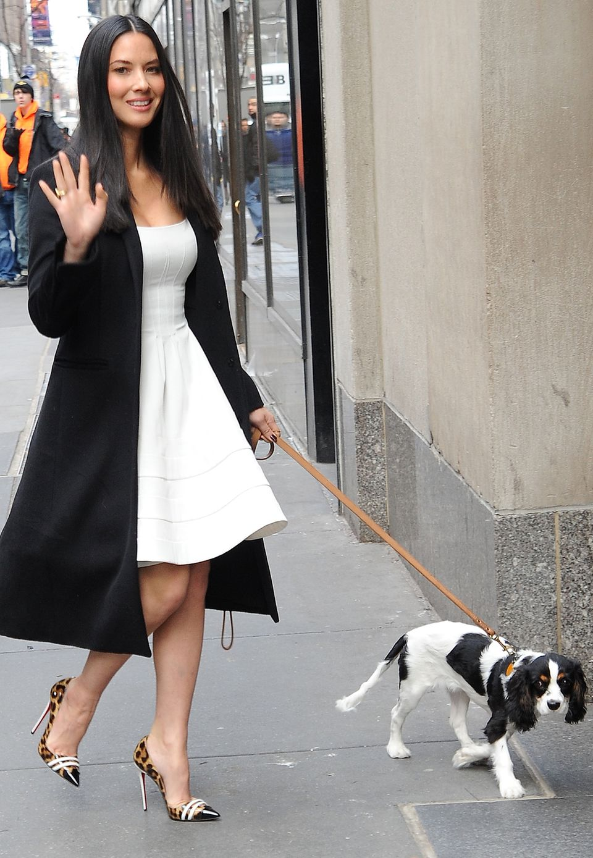 Das wohl schönste Mensch-Hund-Duo des Showbusiness: Olivia Munn und ihr vierbeiniger Freund perfektionieren den Schwarz-Weiß-Look mit Animal-Muster.