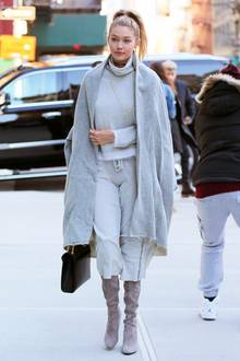 50 Shades of Grey: Topmodel Gigi Hadid kombiniert gekonnt mehrere Jersey-Materialien in verschiedenen Grautönen. Einzig mit ihren Wildlederstiefeln fügt sie einen blassrosa Farbtupfer hinzu.