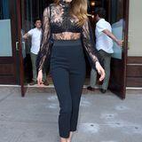 In einem elegant-verführerischen Overall mit Soitze von Alexander McQueen verlässt Cara Delevingne ein Hotel in New York.