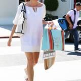 Mit Modelbeinen und leicht gebräunter Haut verwandelt Minnie Driver ein schlichtes, weißes Baumwollkleid in ein erfrischendes Sommer-Outfit. Schön dazu: die verspiegelte Sonnenbrille als Farbtupfer.