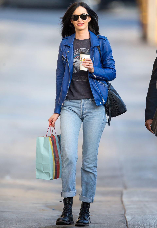 In einer royalblauen Lederjacke und mit hochgekrempelter, gerader Jeans spaziert Krysten Ritter lächelnd und entspannt durch Los Angeles.