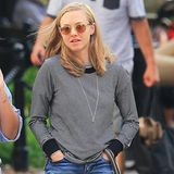 Auch wenn es Hund Finn vermutlich ziemlich egal ist, wie sein Frauchen aussieht, trägt Amanda Seyfried beim Gassigehen eine tolle Kombination aus Jeans-Shorts und gestreiftem Sweatshirt.