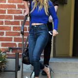 """Von wegen """"Hip Teens Don't Wear Blue Jeans""""! Gigi Hadid beweist in ihrem Ensemble aus Stonewashed-Modell und langärmligen Crop Top das absolute Gegenteil."""